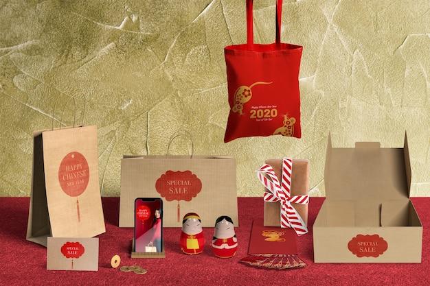 Vista frontal de vendas especiais de presentes com papel de embrulho e caixas Psd grátis