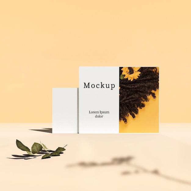 Vista frontal do cartão com folhas e sombra Psd grátis