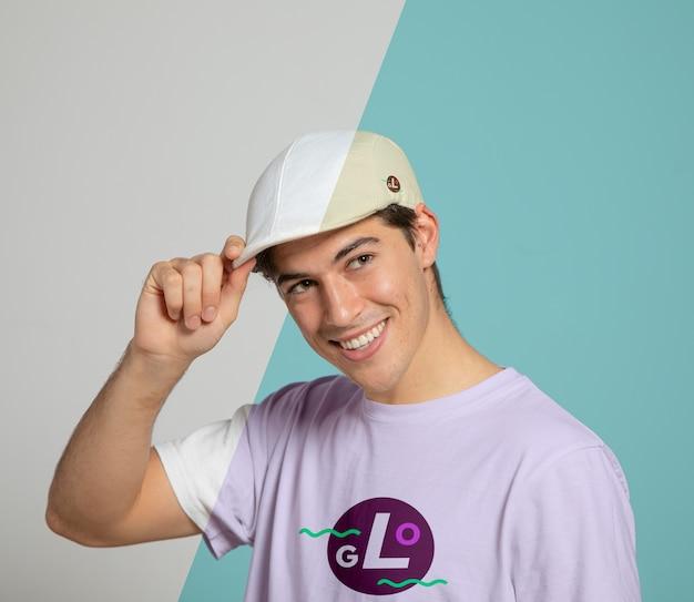 Vista frontal do homem sorrindo enquanto usava boné Psd grátis