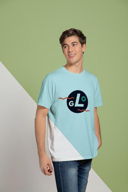 Vista frontal do homem vestindo camiseta Psd grátis
