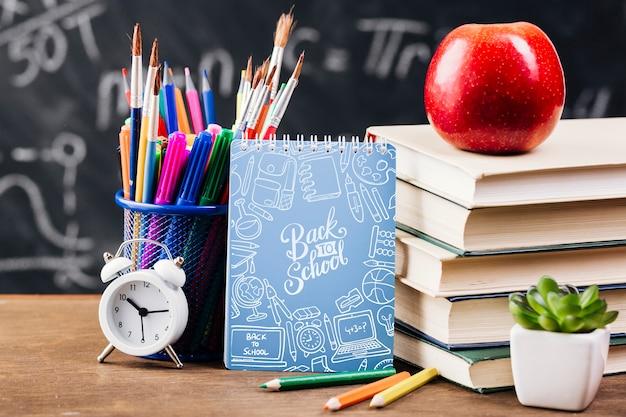 Vista frontal volta ao conceito de escola com o bloco de notas Psd grátis