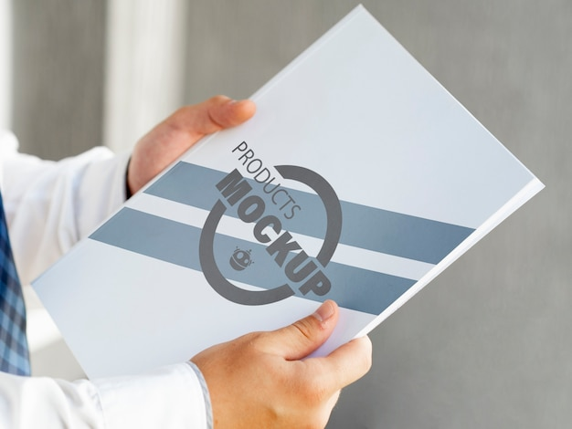 Vista lateral homem segurando um notebook mock-up Psd grátis