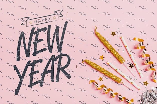 Vista superior ano novo letras com ornamentos festivos Psd grátis