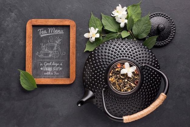 Vista superior bule de chá com especiarias e menu de chá Psd grátis