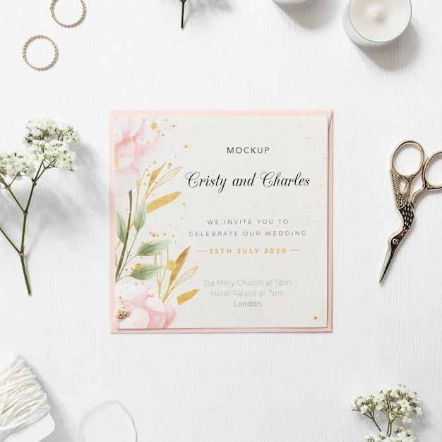 Vista superior convite de casamento elegante com maquete Psd grátis