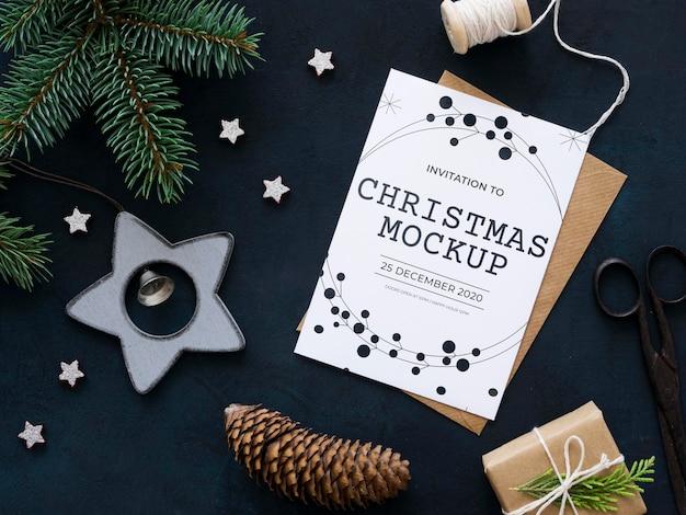 Vista superior da composição da véspera de natal com cartão e envelope Psd grátis