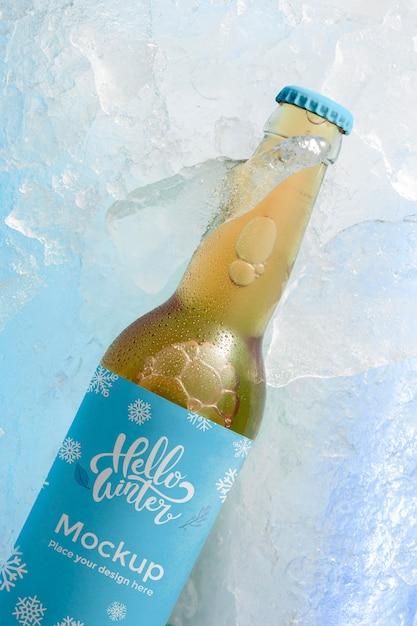 Vista superior da garrafa de cerveja na neve Psd grátis