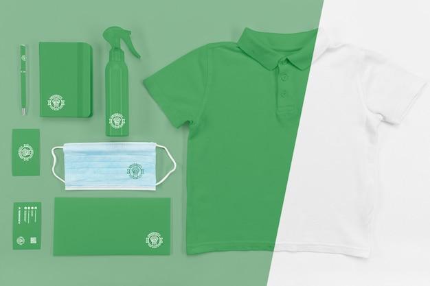 Vista superior da máscara médica de volta às aulas com camiseta Psd Premium