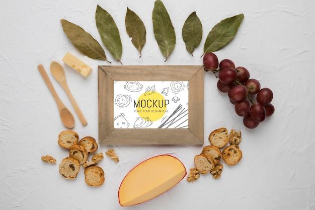 Vista superior da moldura com queijo e uvas Psd grátis