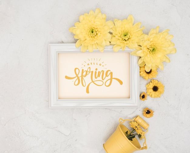 Vista superior da primavera gerbera com balde e moldura Psd grátis