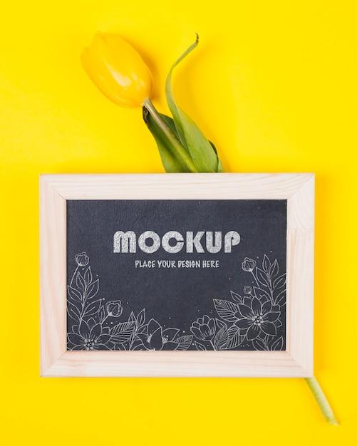Vista superior da tulipa com modelo de moldura Psd grátis