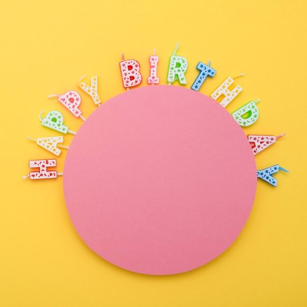 Vista superior das velas de feliz aniversário para a celebração do aniversário Psd grátis