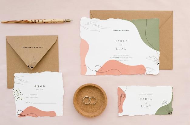 Vista superior de cartões de casamento com envelopes e anéis Psd grátis