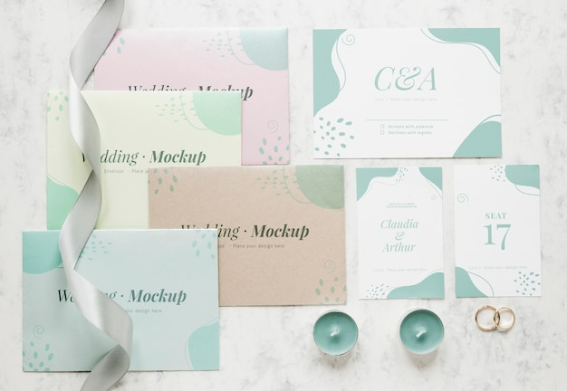 Vista superior de cartões de casamento com fita e velas Psd grátis
