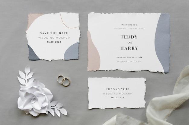 Vista superior de cartões de casamento com rosa de papel e tecido Psd grátis