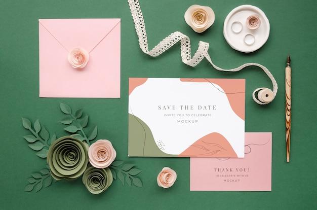 Vista superior de cartões de casamento com rosas de papel e caneta Psd grátis