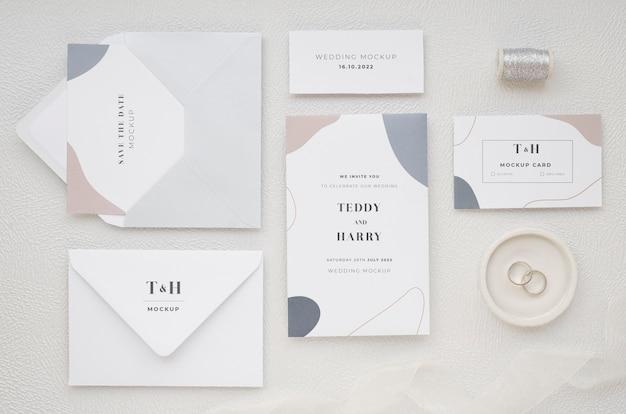 Vista superior de cartões de casamento com rosca e anéis Psd grátis