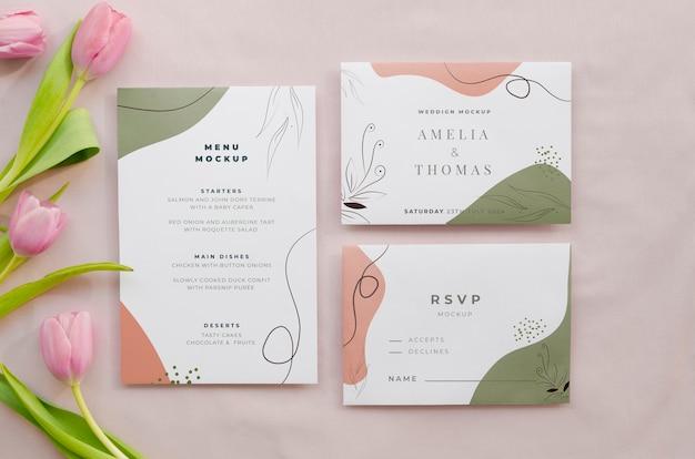 Vista superior de cartões de casamento com tulipas Psd grátis
