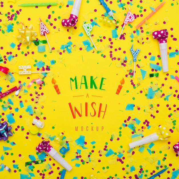 Vista superior de confete com velas de feliz aniversário Psd grátis