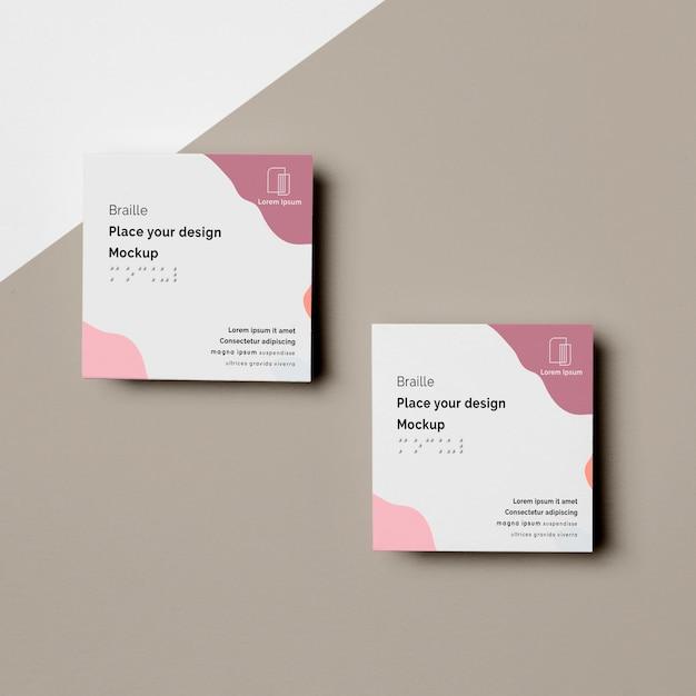 Vista superior de dois cartões de visita com design em braille Psd grátis