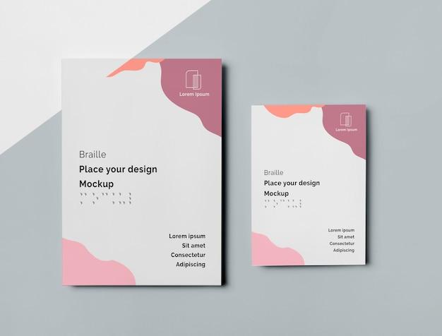 Vista superior de dois cartões de visita com escrita em braille Psd grátis
