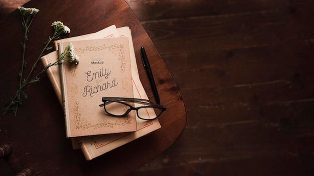 Vista superior de livros com óculos e caneta Psd grátis