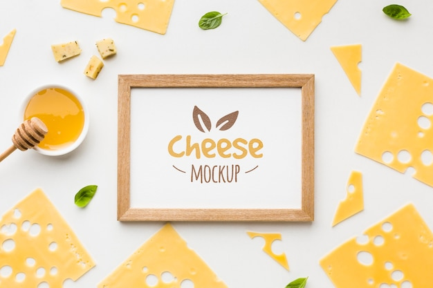 Vista superior de queijo cultivado localmente com maquete de moldura Psd grátis
