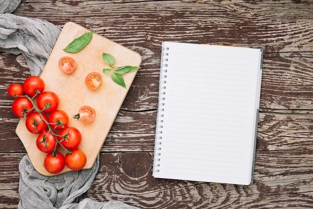 Vista superior de tomates na mesa Psd grátis