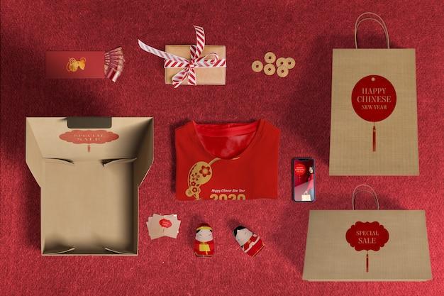 Vista superior de vendas especiais de presentes com papel de embrulho e caixas Psd grátis
