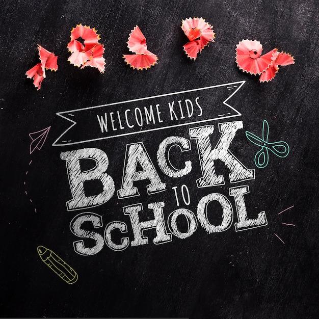 Vista superior de volta para a mensagem da escola no mock-up do quadro-negro Psd grátis