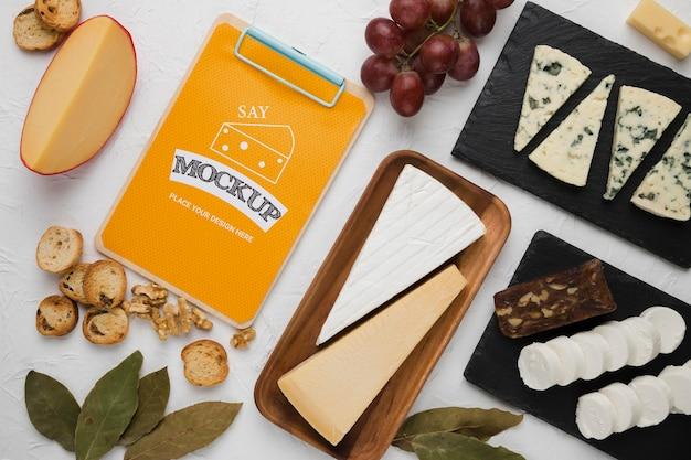Vista superior do bloco de notas com queijo e nozes Psd grátis