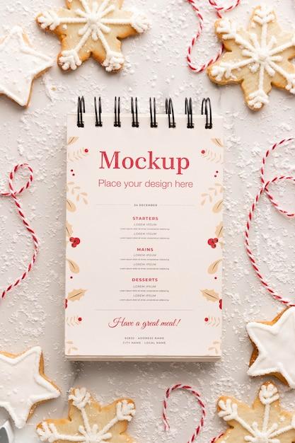 Vista superior do caderno com biscoitos e barbante de floco de neve Psd Premium