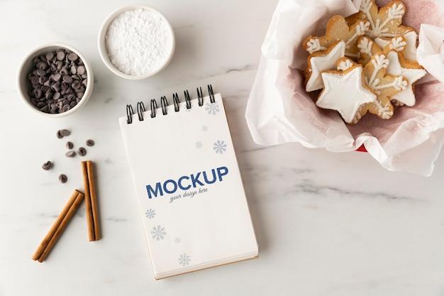 Vista superior do caderno com biscoitos estrela e gotas de chocolate Psd grátis