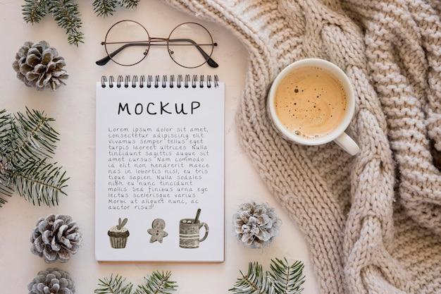 Vista superior do caderno com café e copos Psd Premium
