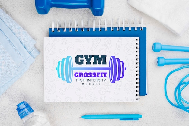 Vista superior do caderno de fitness com pular corda e caneta Psd grátis