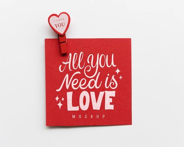 Vista superior do cartão com coração de papel e pin Psd grátis