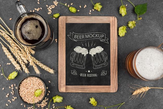 Vista superior do copo de cerveja com pint e quadro-negro Psd grátis
