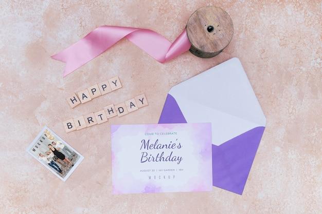 Vista superior do envelope do cartão de aniversário com fita Psd grátis