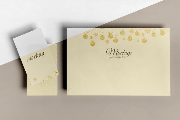 Vista superior do envelope grande e maquete de pequenos cartões de convite Psd grátis