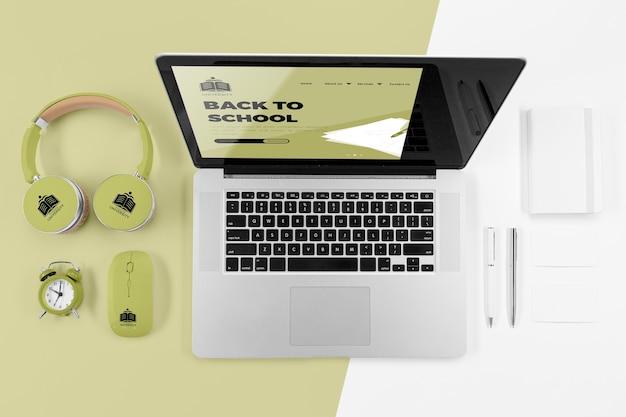 Vista superior do laptop de volta às aulas com fones de ouvido Psd grátis