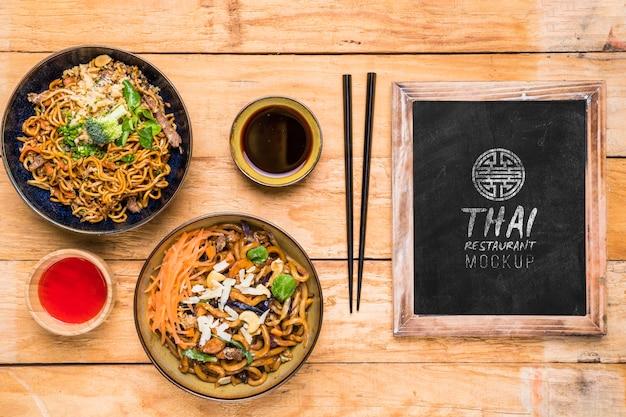 Vista superior do modelo de conceito de comida tailandesa Psd grátis