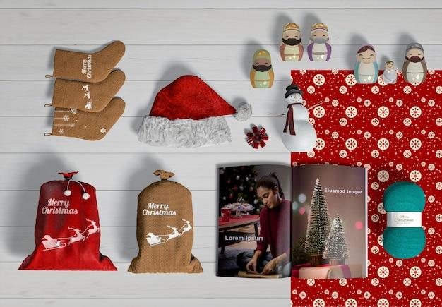 Vista superior do modelo de criador de cena de natal na mesa de madeira Psd grátis