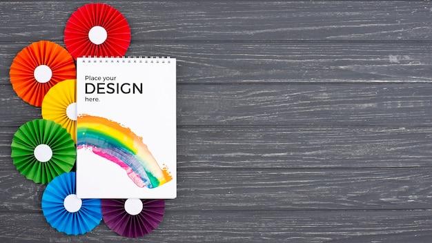 Vista superior do notebook com rosetas coloridas Psd grátis