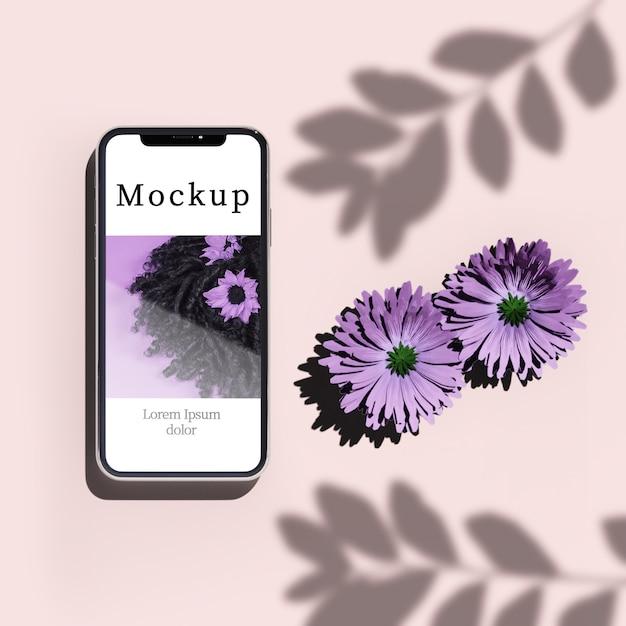 Vista superior do smartphone com flores e sombra Psd grátis