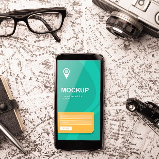 Vista superior do smartphone com óculos e câmera para viajar Psd grátis