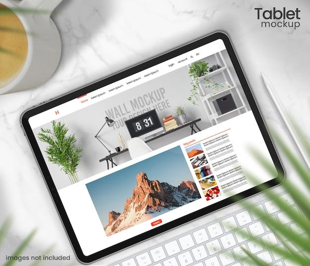 Vista superior do tablet maquete com caneta sobre a mesa de mármore Psd Premium