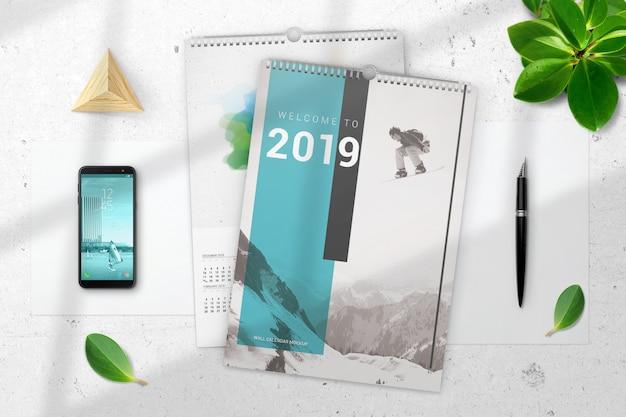 Vista superior dois maquete de calendários de parede Psd Premium