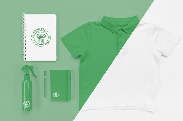 Vista superior dos cadernos de volta às aulas com camiseta e desinfetante Psd Premium