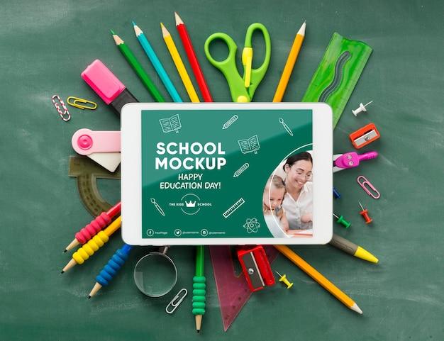 Vista superior dos fundamentos da escola e tablet para o dia da educação Psd grátis