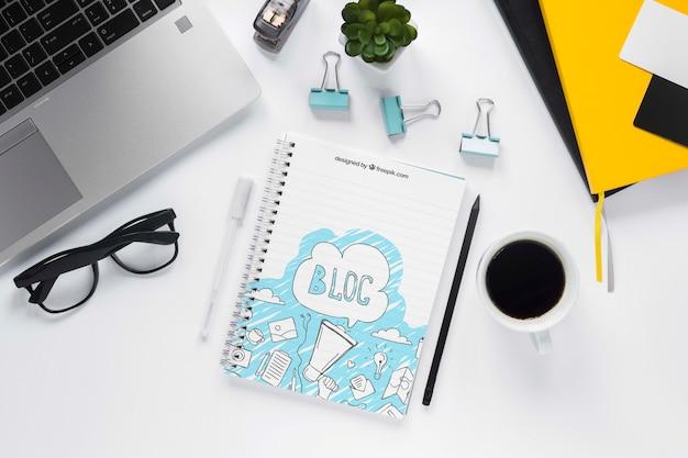 Vista superior laptop café e notebook Psd grátis